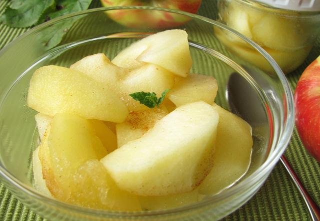 リンゴとザクロブルーベリーソースのアイスデザート